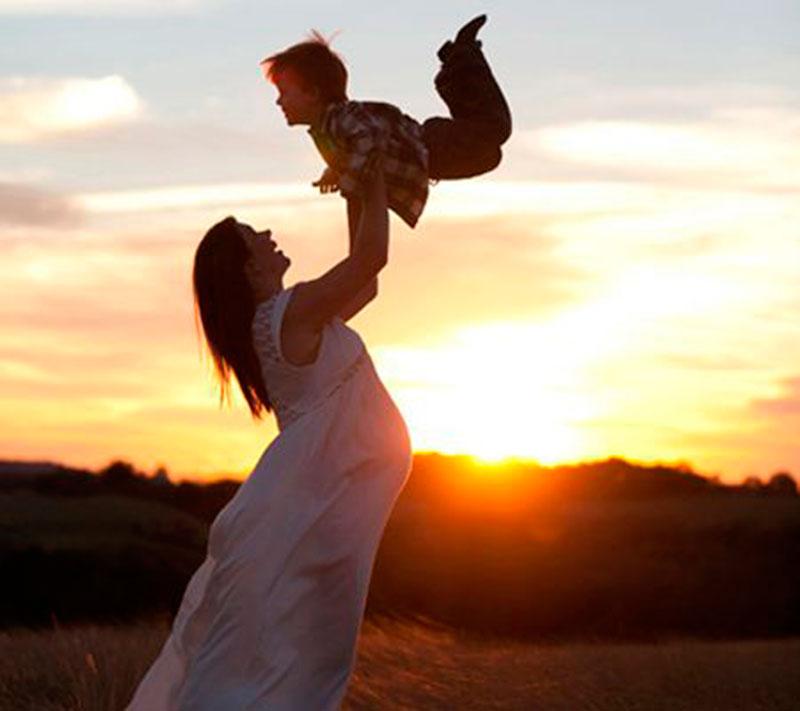 mãe e filho feliz