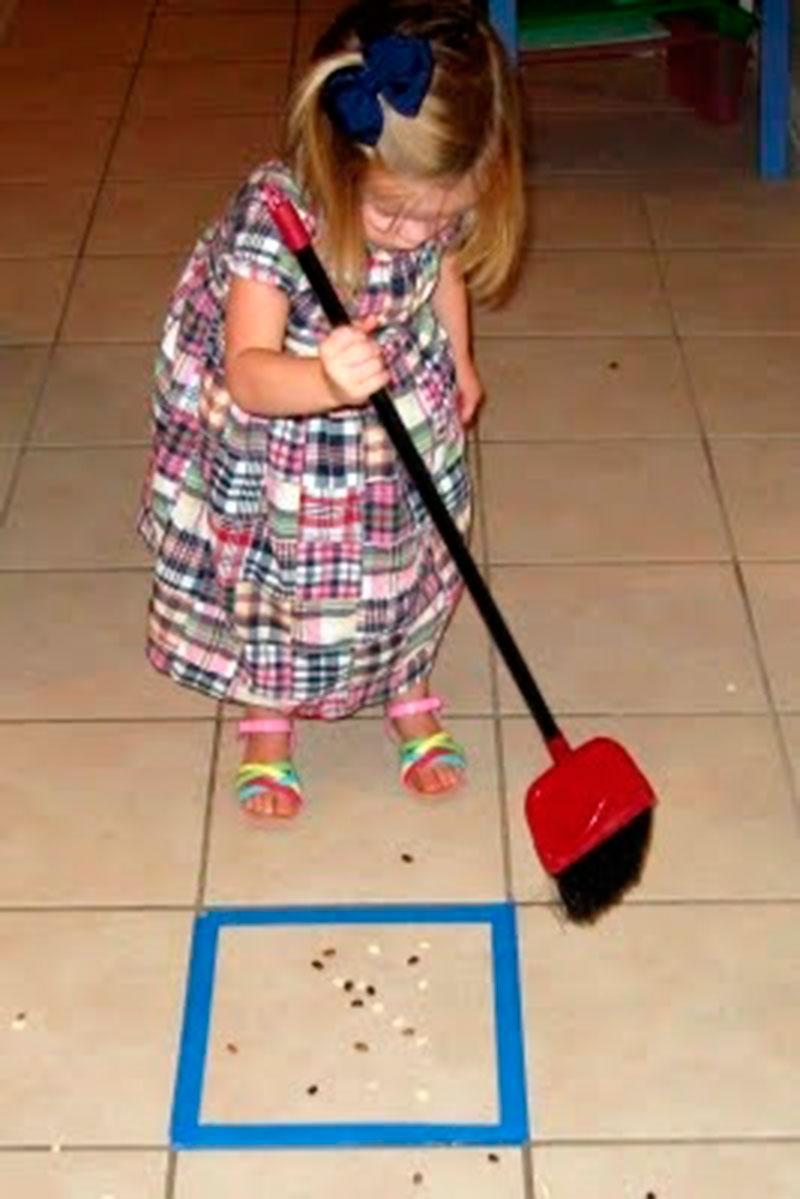 ajudando a varrer a casa