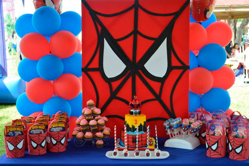Homem aranha dominando a festa
