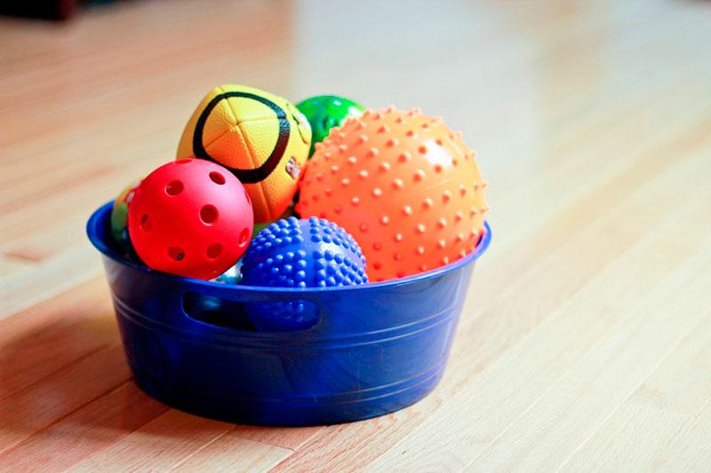 objetos dentro do cesto-1-atividades-para-bebes