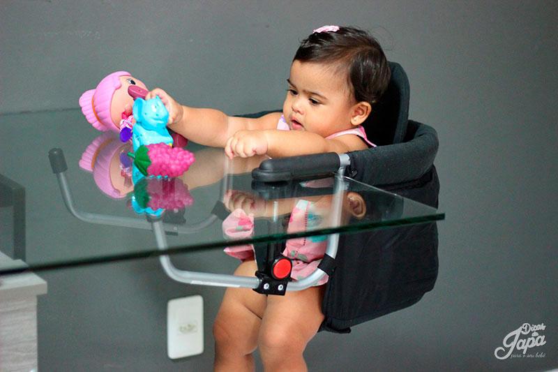 sophie-cadeira-de-alimentacao-portatil-brincando