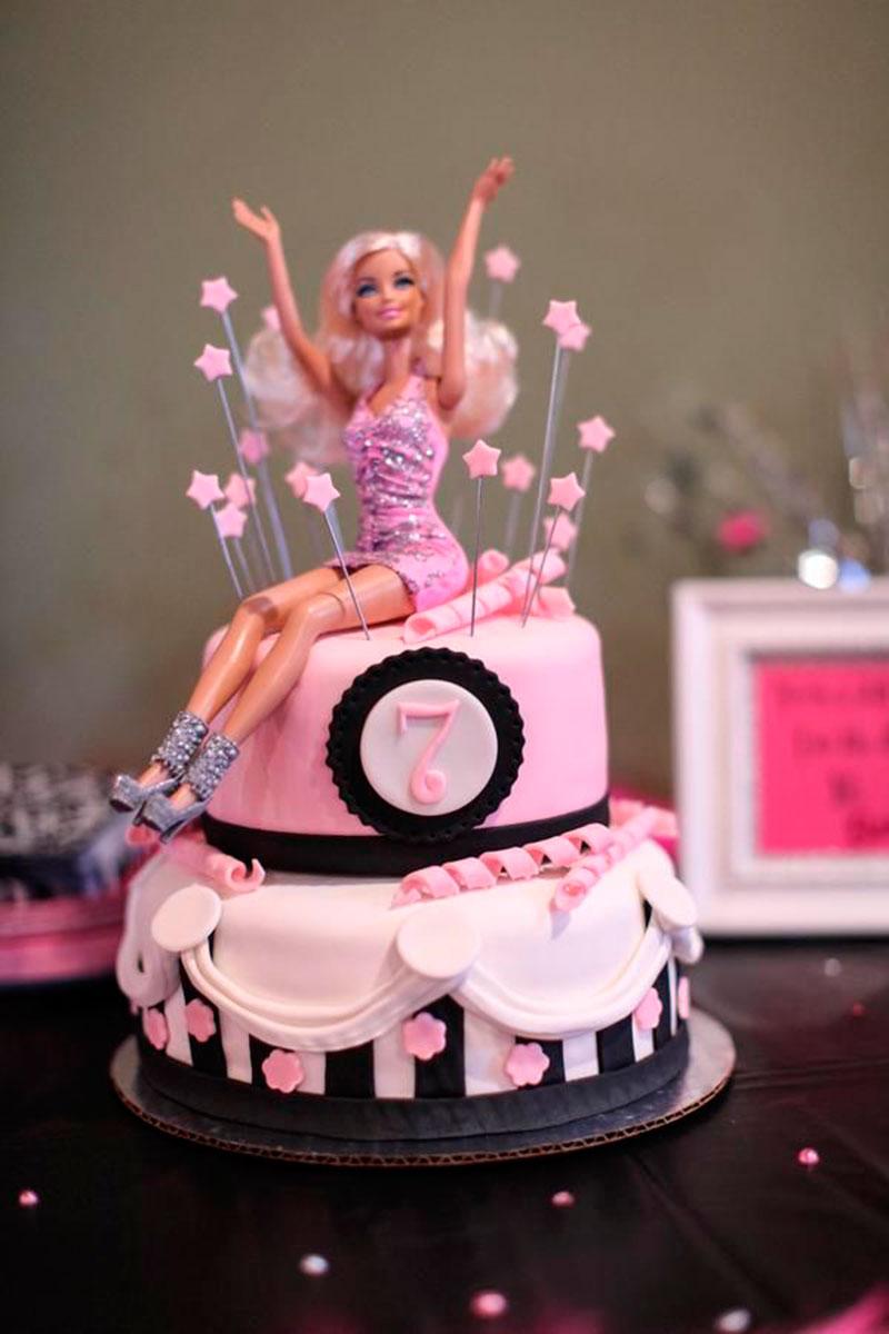 bolo com barbie no topo