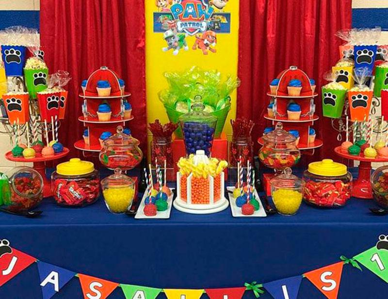 mesa colorida com tema